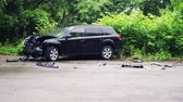 perigo : A woman inside a crashed car on the side of the road after an accident. Stock Footage