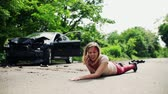спасение : Young injured woman lying on the road after a car accident, making a phone call.