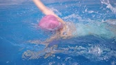 ifjabb : Japanese girl swimming the crawl in the swimming pool Stock mozgókép