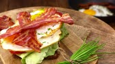 contorni : Rotating Bacon with fried Eggs (seamless loopable 4K UHD footage)