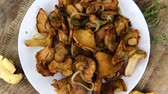 preparation clips : Rotating pan with fried chanterelles (not loopable)