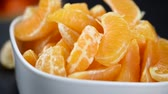 segmento : Fresh tangerines on a rotating plate as seamless loopable 4K UHD footage