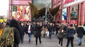 semaforo peatonal : People crossing street  pedestrians walking on crosswalk on busy shopping street in Berlin, Germany
