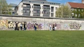 граница : People visiting the Berlin Wall Memorial, one of Berlins tourist attractions and most famous landmarks