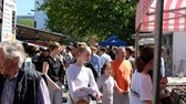 붐비는 : Many people on crowded street market (Hackescher Markt) on a sunny day in Berlin