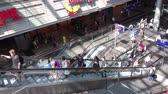 수하물 : People on escalator inside Berlin main train station (Berlin Hauptbahnhof) 무비클립