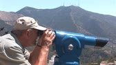 distante : Man looking through binoculars
