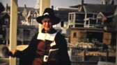 verão : A local town cryer rings his bell outside the Jelly House in Provincetown, Massachusetts in 1940. Stock Footage