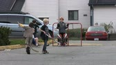 bodování : A bunch of young kids demonstrate good team work and passing while playing road hockey in the middle of summer. Dostupné videozáznamy
