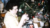 Mom gets a brand new iron and mixer for Christmas in Cleveland, Ohio in 1956. Stok Video