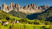 val di funes : Picturesque scenery of St Magdalena church with towering alpine peaks above the valley. Timelapse of sunny summer day slowly turning into starry night Stock Footage