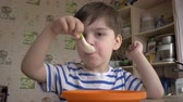 aveia : Close up of boy eating cereal