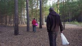 pedúnculo : Man with a basket walks in the coniferous forest and looks for mushrooms. Vídeos
