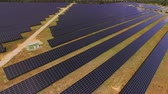 coletor : AERIAL: Flying above large power plant using renewable solar energy Vídeos