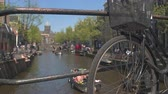 sábado : AMSTERDAM, NETHERLANDS - 7th MAY 2016: Crowded Amsterdam old town on busy Saturday, people enjoying sunny afternoon hanging on riverbank, cruising river canals on boat ride tours and sightseeing Vídeos