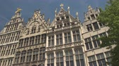 базарная площадь : CLOSE UP, LOW ANGLE VIEW: Typical tall narrow richly detailed ornamented houses in renascence architecture style at famous Grote Markt Great Market square in the heart of the city, Antwerp, Belgium Стоковые видеозаписи