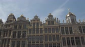 baixo ângulo : CLOSE UP, LOW ANGLE VIEW: Beautiful picturesque view of rich ornamentation buildings at Great Market, Brussels, Belgium. Fascinating detailed historic architecture of guildhall on Grote Markt square Vídeos