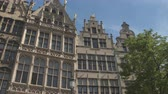 belga : CLOSE UP, LOW ANGLE VIEW: Typical tall narrow richly detailed ornamented houses in renascence architecture style at famous Grote Markt Great Market square in the heart of the city, Antwerp, Belgium Vídeos