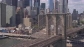 passarela : AERIAL, CLOSE UP: Busy Brooklyn bridge freeway crowded with cars commuting and people crossing it on pedestrian overpass walking to work. Beautiful cityscape of iconic New York downtown on sunny day