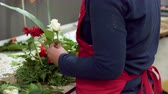 sleva : Close up of of woman florist creating bouquet of flowers .