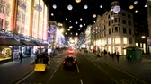 europa : Driving Through Shopping Area in London with Christmas Holiday Lights