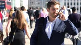 se movendo para cima : Businessman Using Mobile Phone Walking To Work In Slow Motion