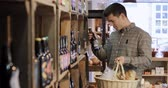 frasco pequeno : Male Customer In Delicatessen Choosing Bottle Of Beer From Shelf