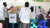 urna elettorale : Banda Aceh, Indonesia - April 17, 2019: Officials sort and fold ballots for 2019 elections at a General Elections Committee (KPU) Polling Station In Kampung Mulia Banda Aceh, Aceh Province. Filmati Stock