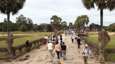 кхмерский : Siam Reap, Cambodia - January 12, 2017: The main entrance to Angkor Wat and many tourists and pilgrims from all over the world. Стоковые видеозаписи