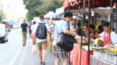 comerciante : Street food market in Asia . Asian food. Abstract blur tourist buys Asian street food