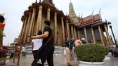 буддист : Bangkok, Thailand-February 3, 2017: The Grand Royal Palace in Bangkok is the most popular and visited attraction .Many tourists from all over the world visit this complex every day Стоковые видеозаписи