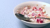 müsli : Closeup of yogurt with cereal and strawberries on a light blue background.