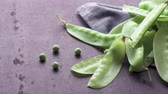 comestível : Organic Green Sugar Snap Peas Ready to Eat on cement background.