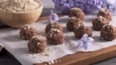 de baixa caloria : Homemade fresh energy balls with chocolate.