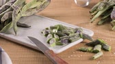 esverdeado : Heap of green beans on a rustic wooden table top view. Cutting board with green beans