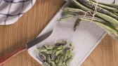 стручок : Heap of green beans on a rustic wooden table top view. Cutting board with green beans