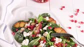 espinafre : Fresh vegetable salad with grilled peach, pomegranate, spinach and fresh cheese.