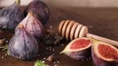 polovinu : Fresh figs. Whole figs and sliced in half figs on wooden cutting board