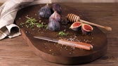 figa : Fresh figs. Whole figs and sliced in half figs on wooden cutting board