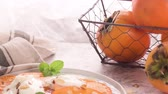 диеты : Delicious fresh persimmon fruit on kitchen countertop. Стоковые видеозаписи