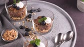 castaña : Glass cups of chocolate and chestnuts mousse with roasted almonds and oats decorated with black berries and mint leaves. Archivo de Video