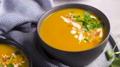 püré : Healthy Pumpkin soup with cream and organic pumpkin seeds.