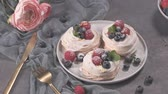 mora : Small pavlova cakes with fresh raspberries and blueberries. Filmati Stock