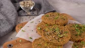 tomilho : Raw veggie burger with lentils, dry tomato and thyme on wood cutting board. Vídeos