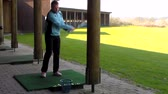 bolas : Male golfer practicing golf on a driving range