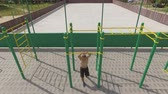 тянуть : People train on an outdoor sports field in summer, aerial shot Стоковые видеозаписи