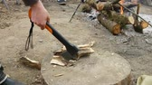 de faia : Inept man chops wood outdoors with an ax. Vídeos