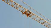 elevador : Close up of a crane carrying a load
