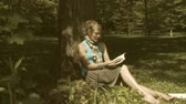 рамка : Woman reading a book in a park (Dolly)