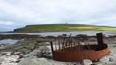 nagy britannia : Marwick Bay with the remnants of a boiler from a shipwreck